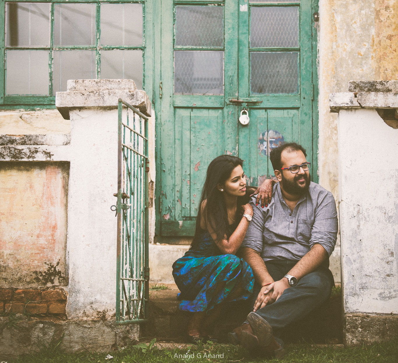 Cute couple's casual look for outdoor pre-wedding photography